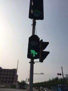 坂を下る歩行者用信号